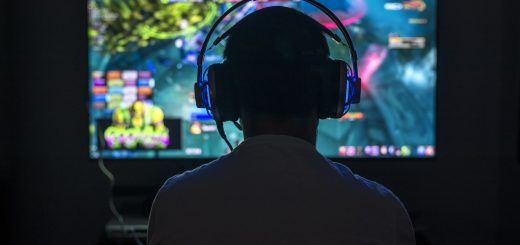 gamer_headset_screen_playing_game_tv-min
